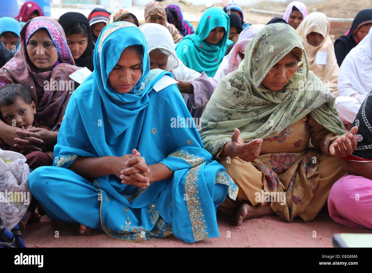 Mujeres Cristianas Y Musulmanas Con Una Oración Común Faisalabad