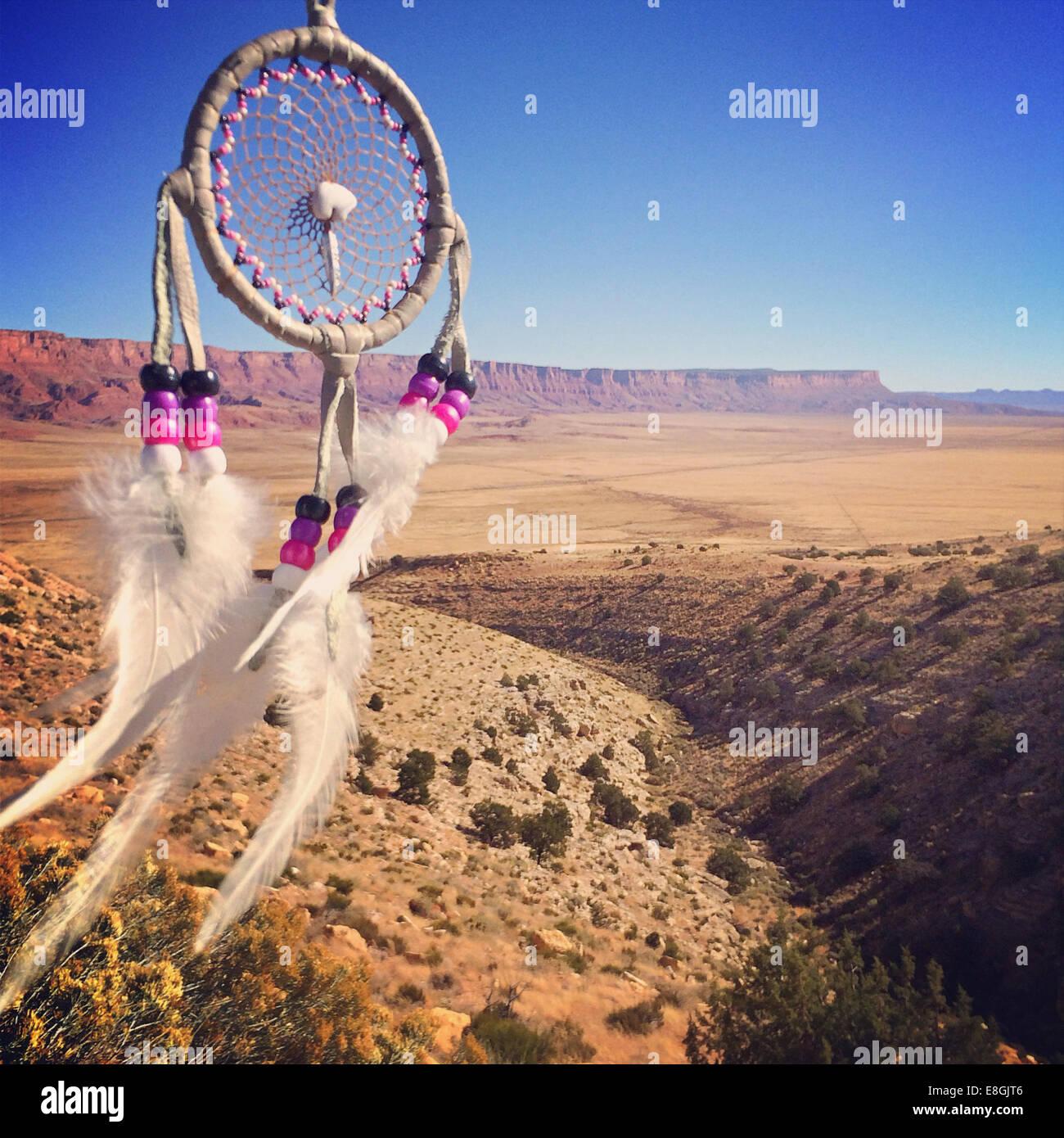 Ee.Uu., Arizona, Mesa, atrapasueños, paisaje en segundo plano. Foto de stock
