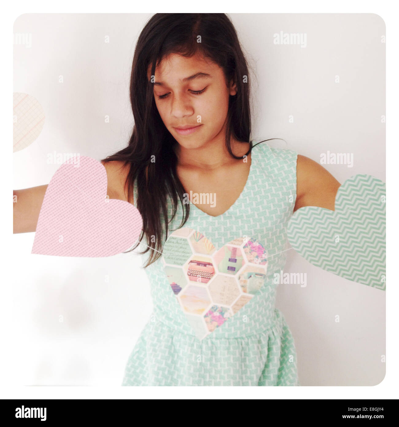 Chica sujetando pancartas con forma de corazón Imagen De Stock