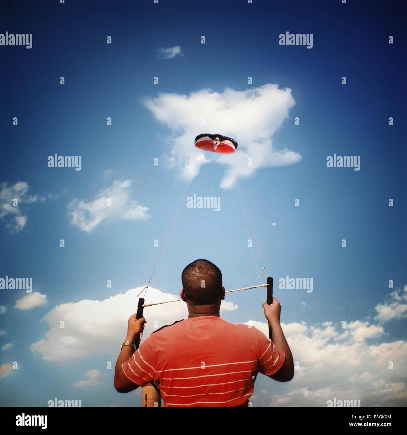 Hombre cometa voladora Imagen De Stock