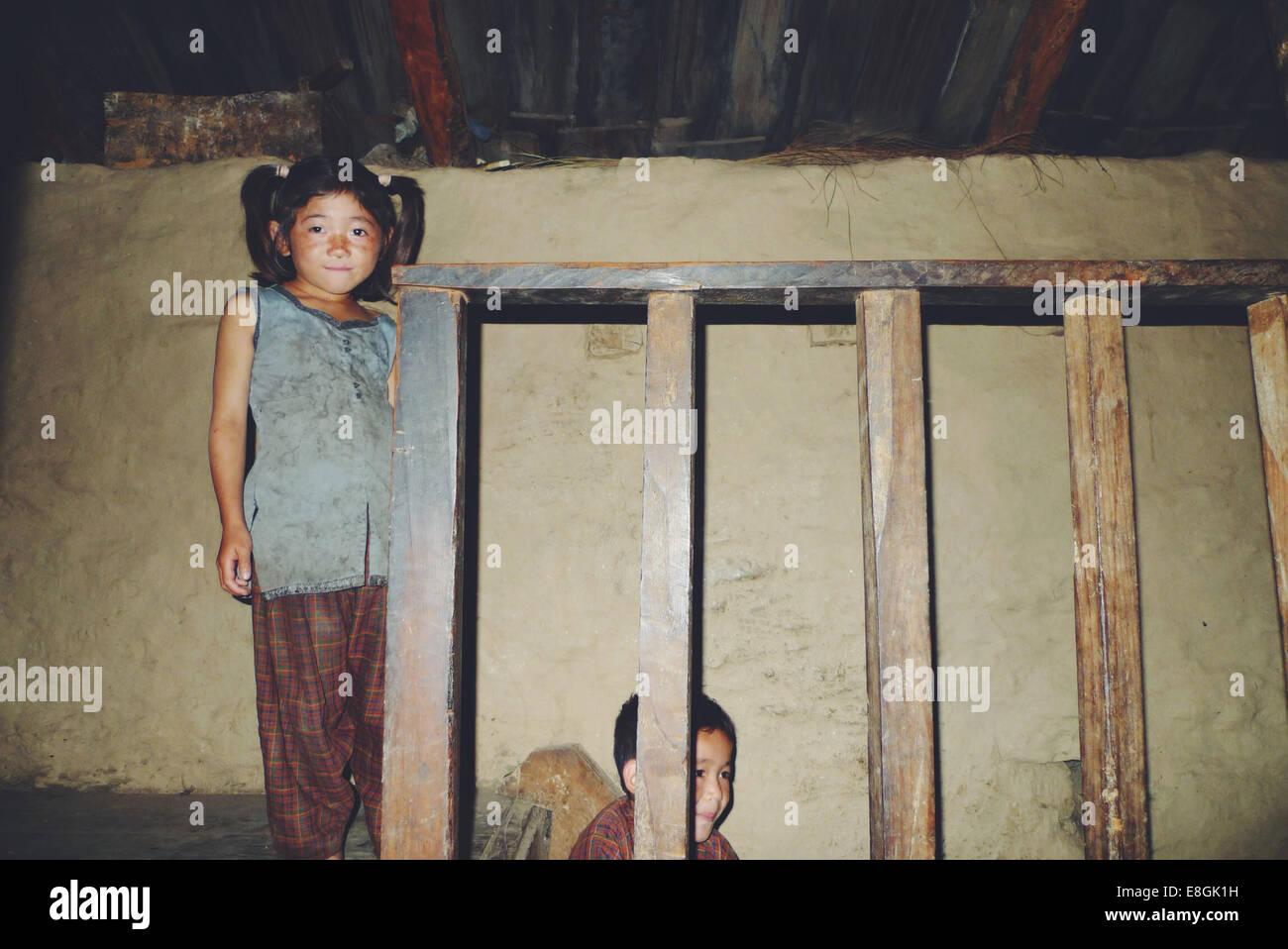 Nepal, Hermanas (8-9), (10-11) en casa Imagen De Stock