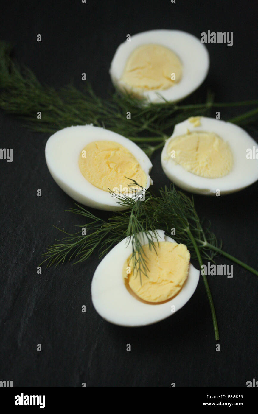 Huevos duros con eneldo fresco Foto de stock
