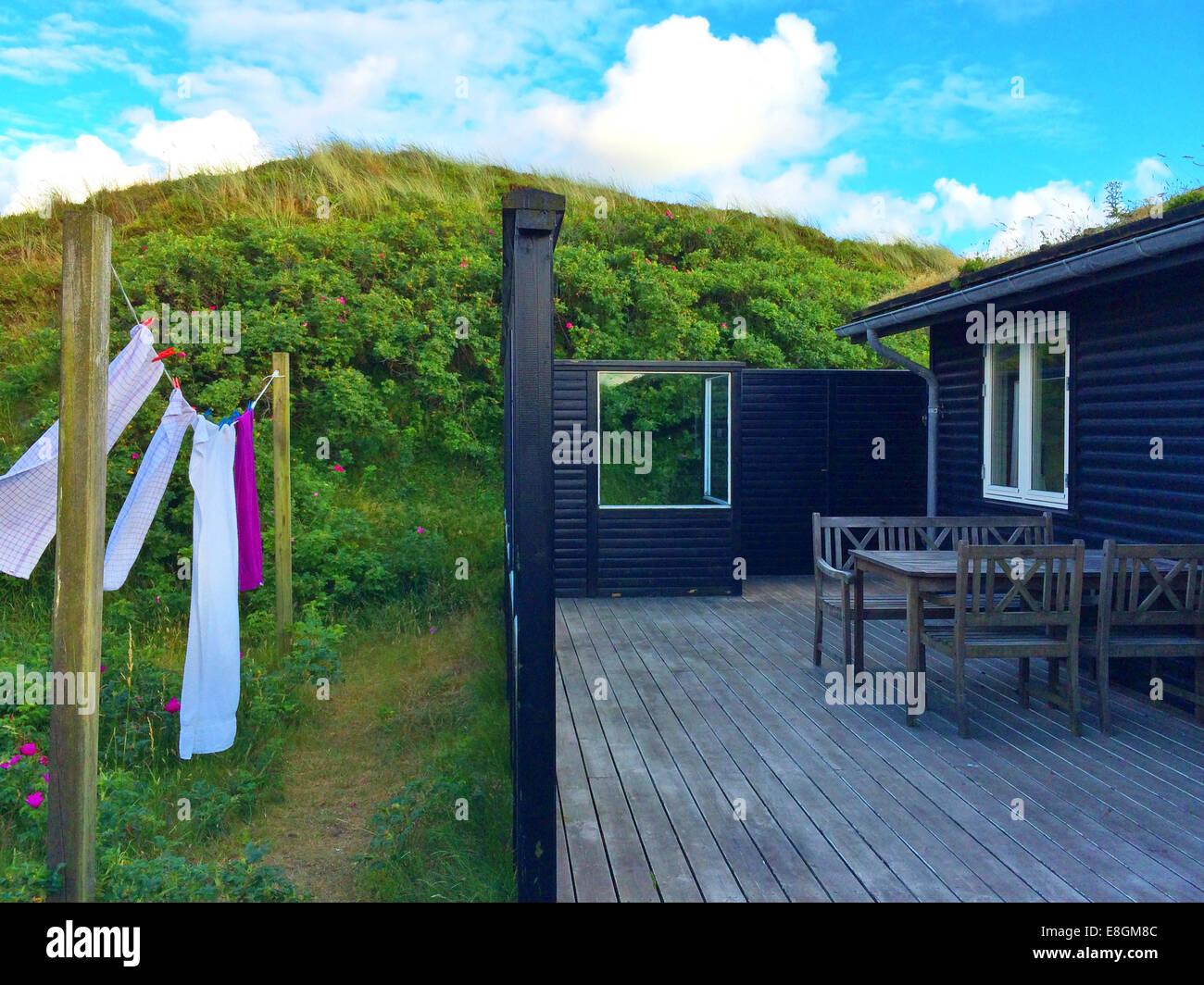 Toallas colgando de lavado fuera de línea, casa de veraneo, como Fanoe, Dinamarca Imagen De Stock