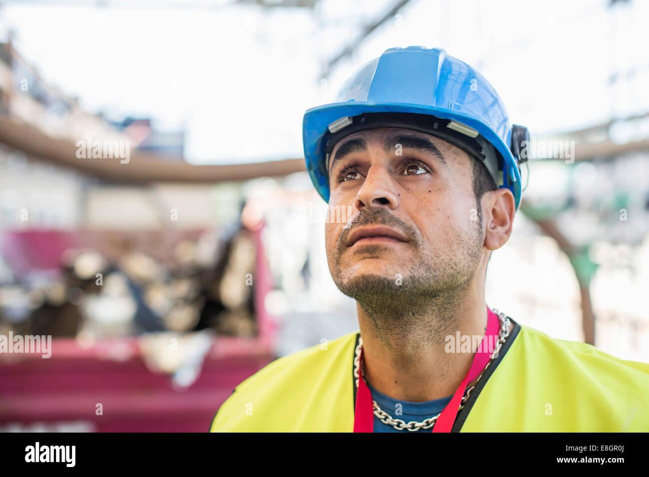Mirando hacia arriba a un trabajador de construcción Foto & Imagen ...