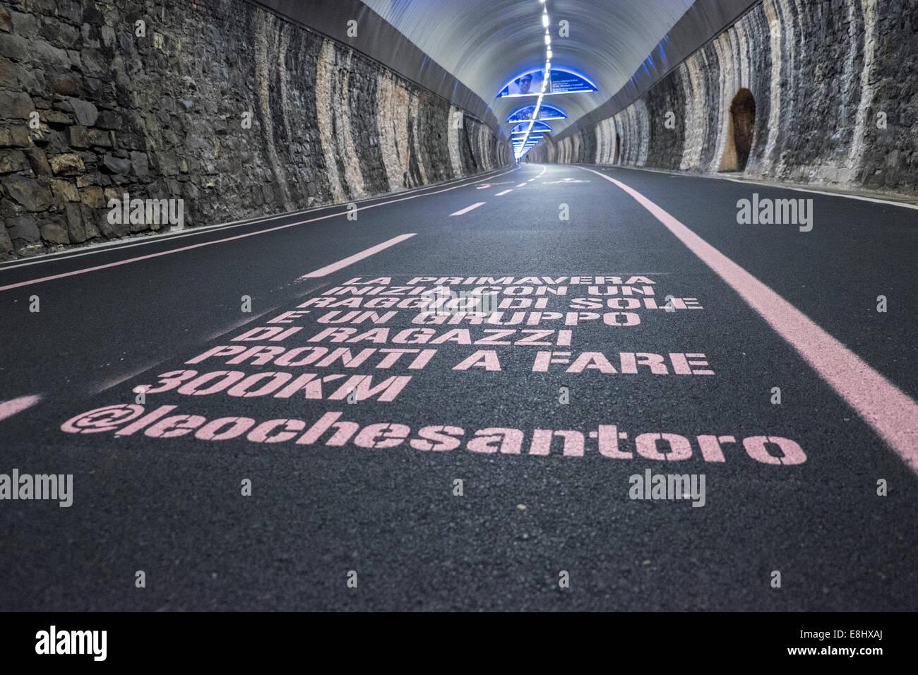 Capo Nero túnel con Giro d'Italia, la decoración, la Riviera dei Fiori, San Remo, Liguria, Italia Imagen De Stock