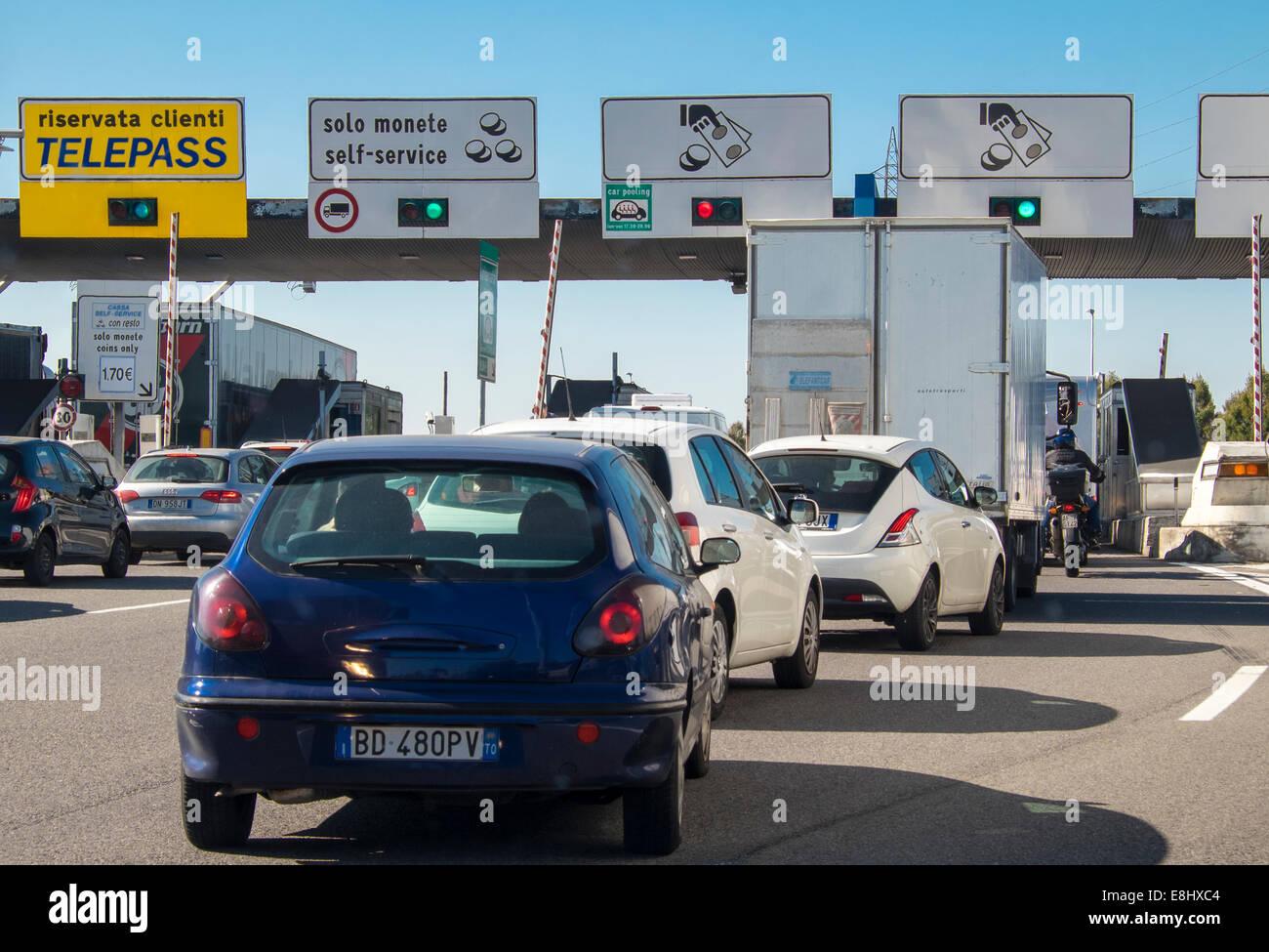 Vehículos en cola en el peaje de la autopista italiana Imagen De Stock