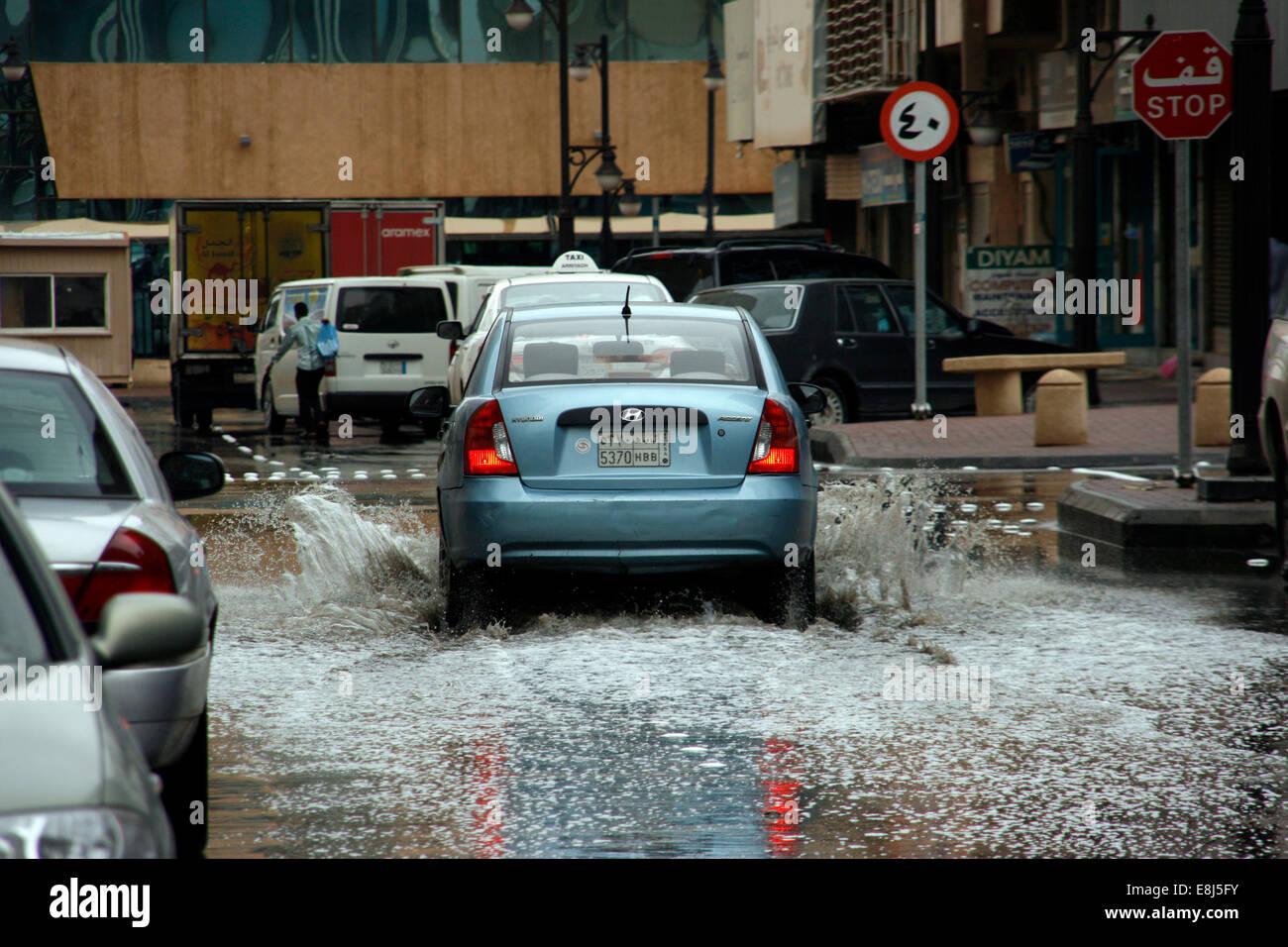 Un coche a través de la construcción de agua de lluvia en las calles de Riad, Arabia Saudita Imagen De Stock