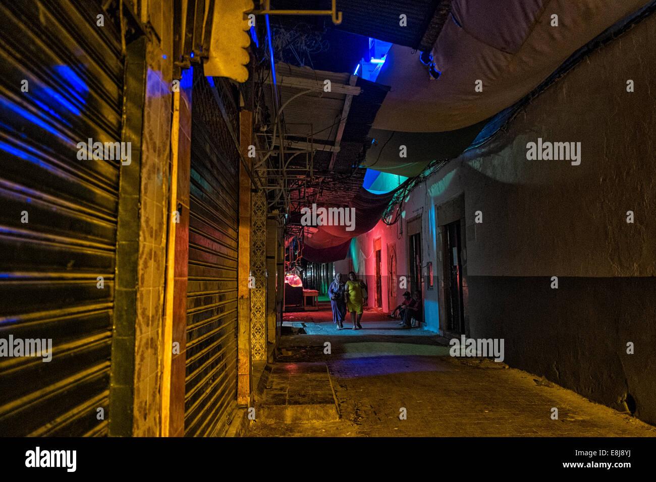 Su ambiente nocturno durante el Ramadán en Halfaouine barrio en Túnez. Imagen De Stock