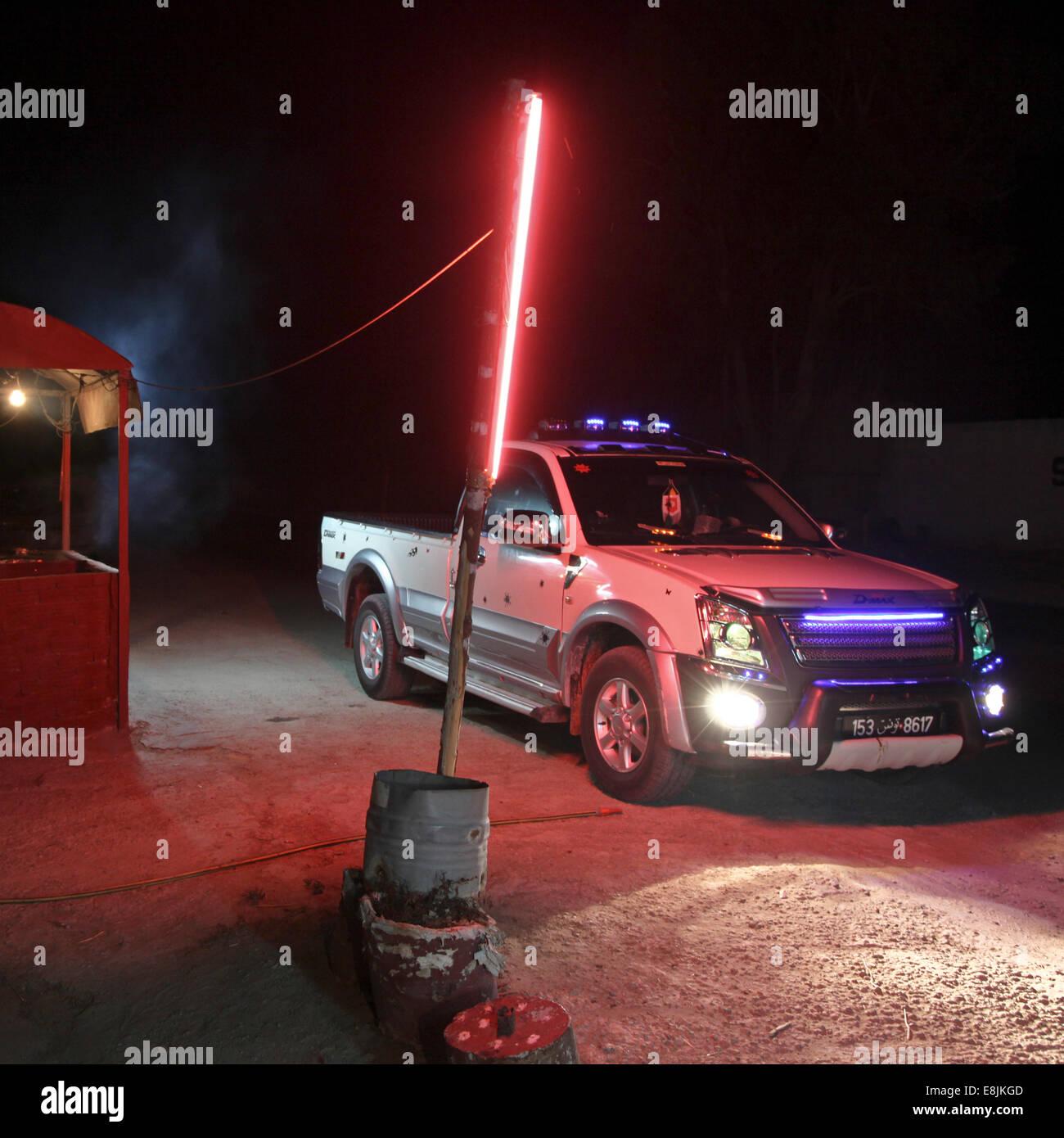 Vehículos en la noche. Imagen De Stock