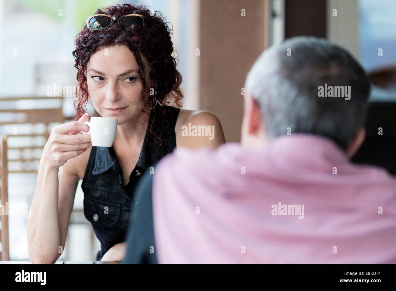 Pareja en una cafetería Foto de stock