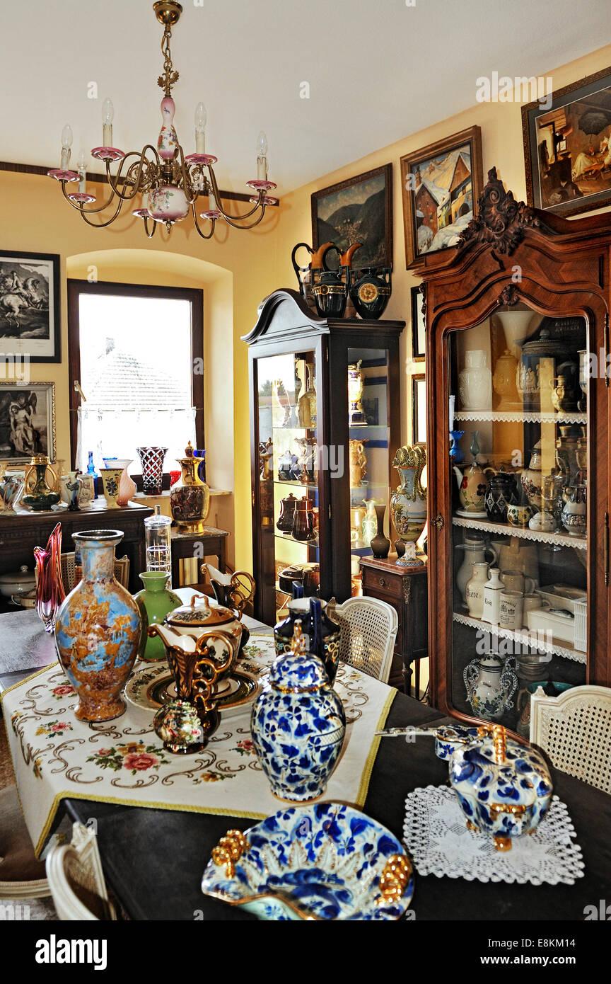 Viejos jarrones, vasos, y mostrar casos en una colección privada. Foto de stock
