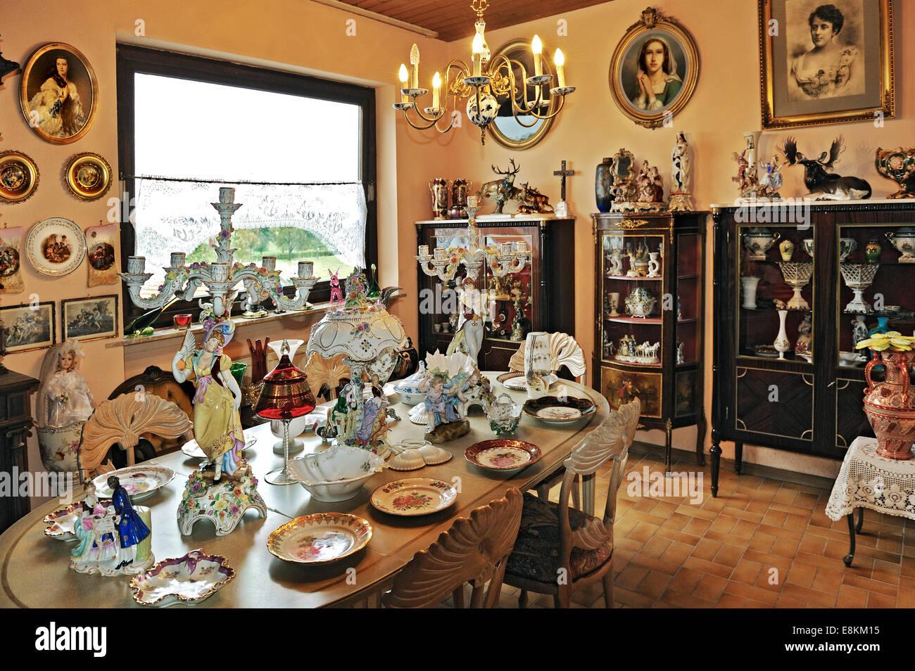 Porcelana antigua y mostrar casos en una colección privada. Foto de stock