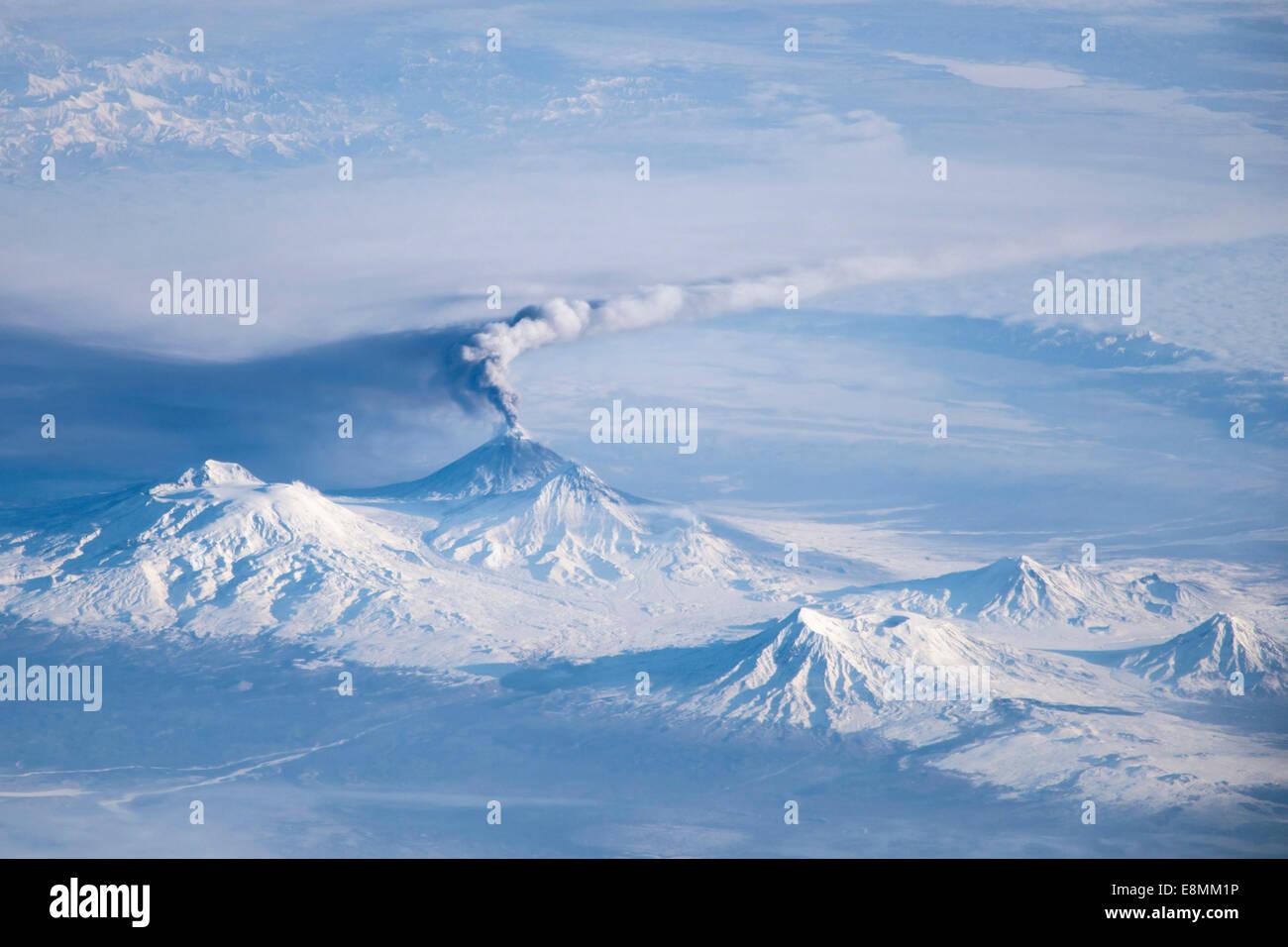 Una erupción plume emanados de Kliuchevskoi, uno de los muchos volcanes activos en la península de Kamchatka. Imagen De Stock