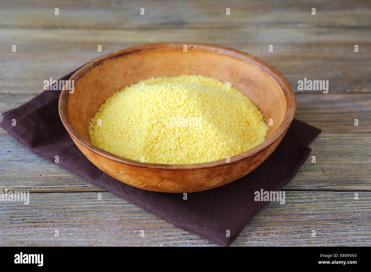Raw cuscús árabe en un recipiente de barro, comida árabe Imagen De Stock