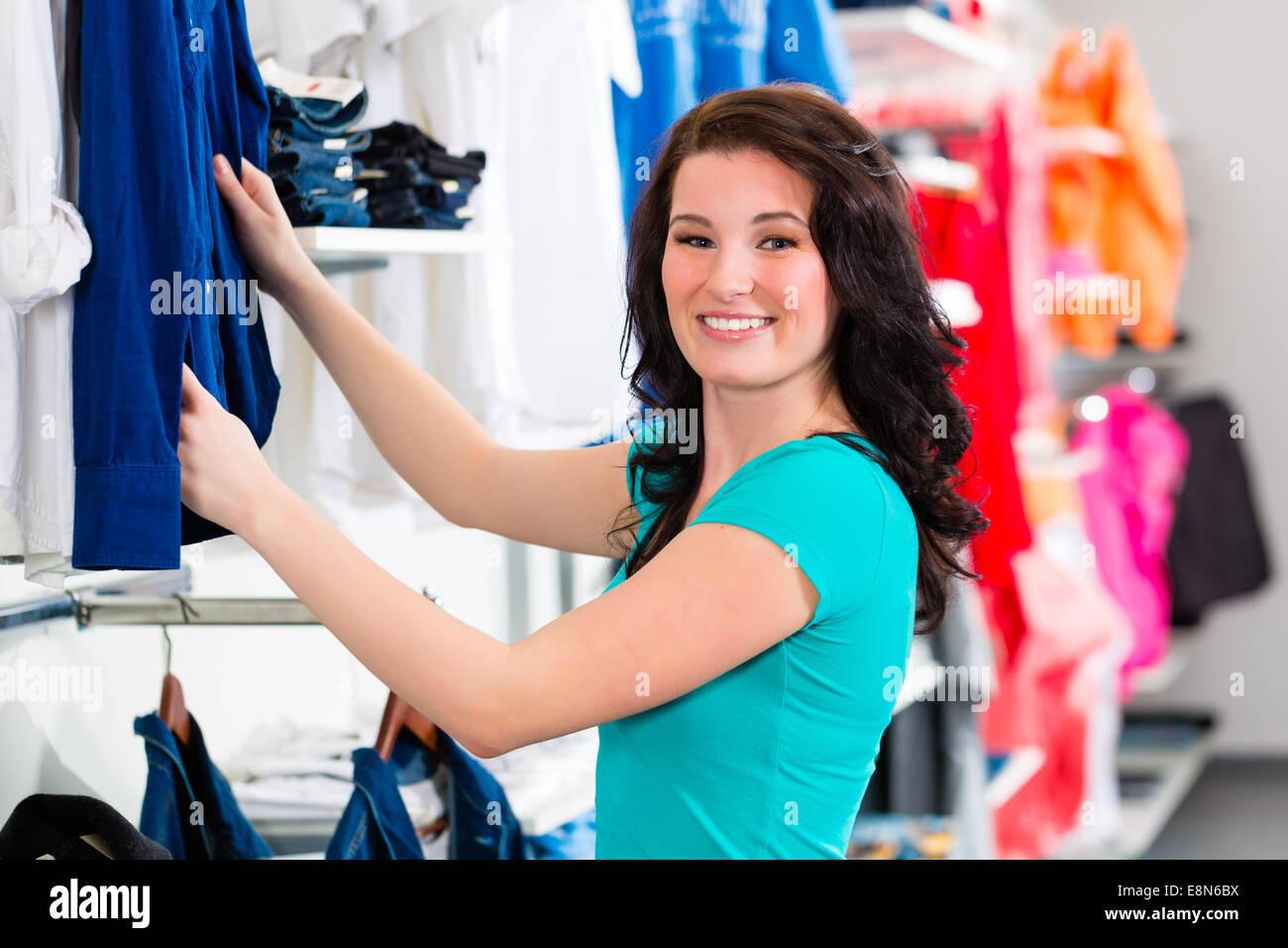 dd8635fd67 Mujer comprando ropa en la tienda o tienda de moda Foto   Imagen De ...