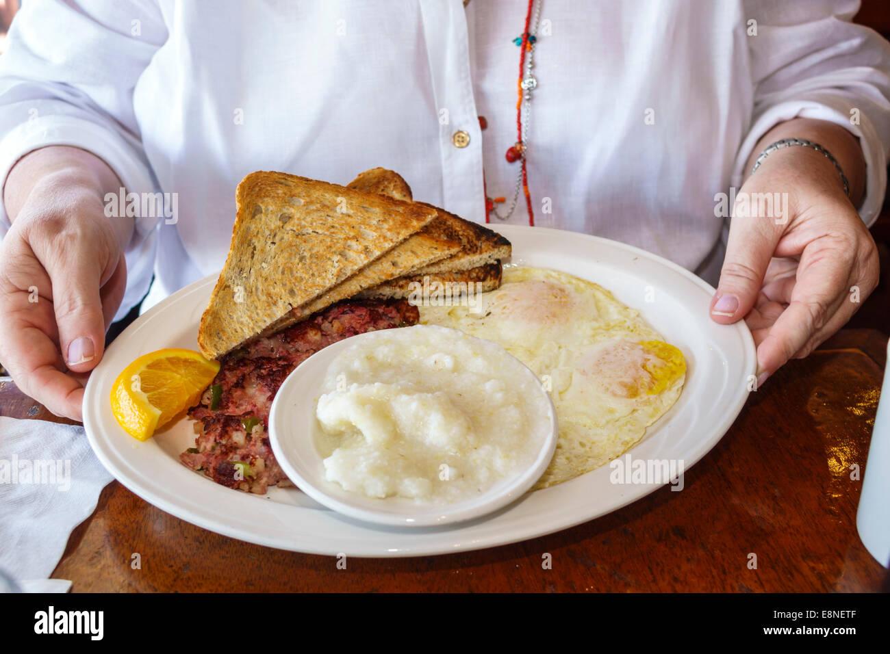 Florida Delray Beach South Ocean Boulevard Caffe Luna Rosa Restaurante plato plato desayuno huevos grits hash brown Imagen De Stock