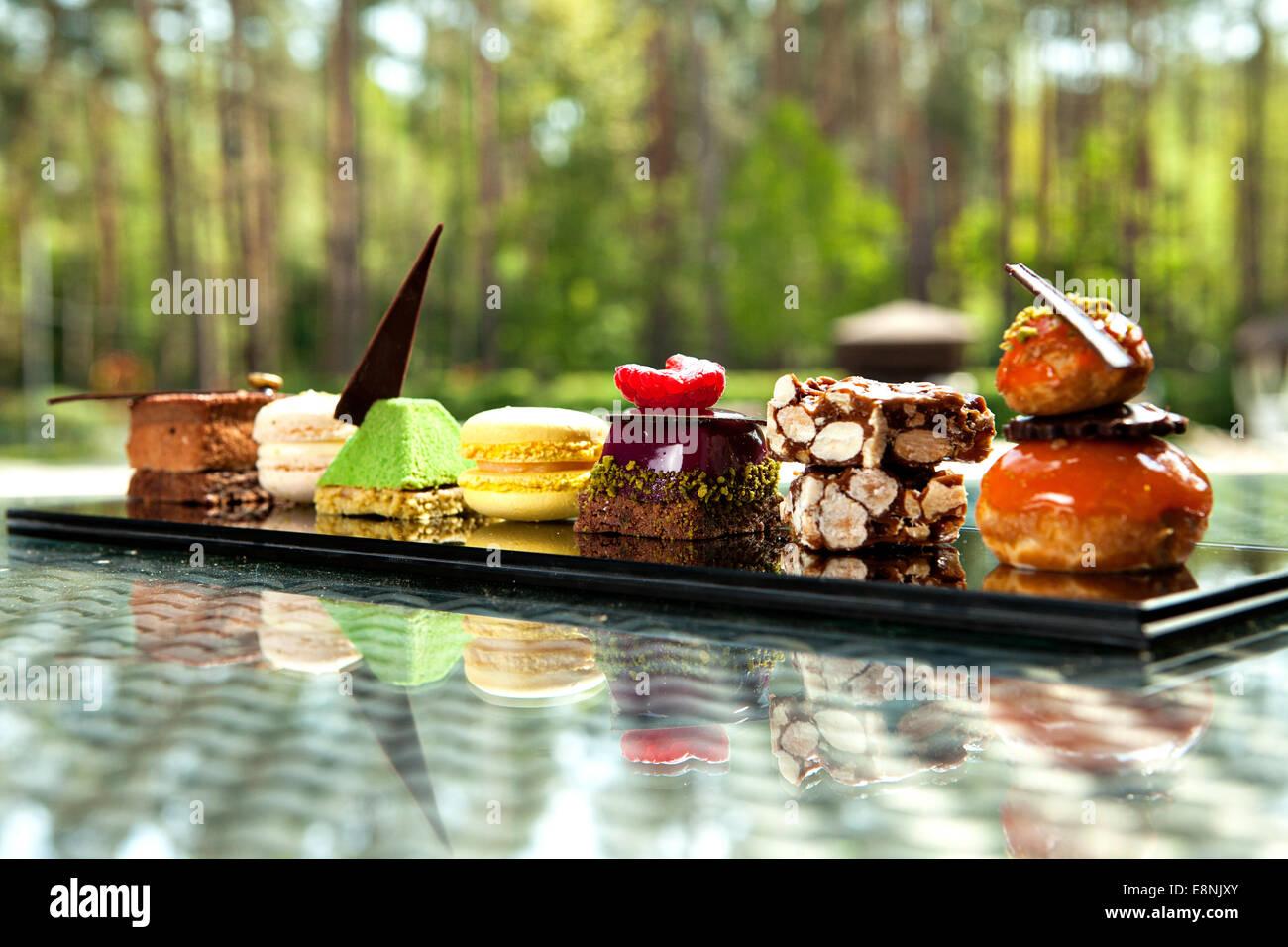 Preciosa vista de diferentes tortas y galletas, servido en el exterior Imagen De Stock