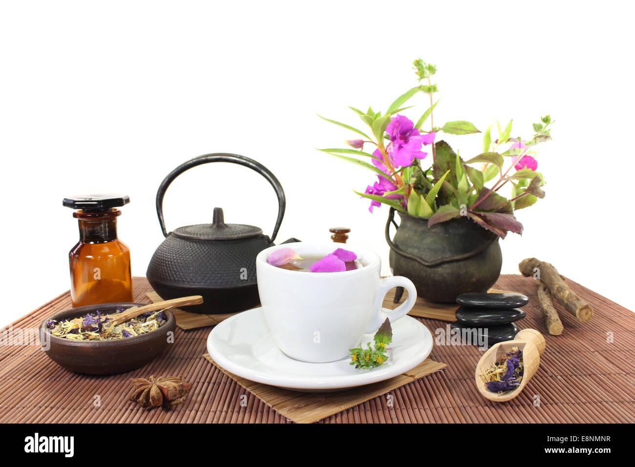 China medicina natural con una taza de té, pétalos de flores y hierbas Imagen De Stock