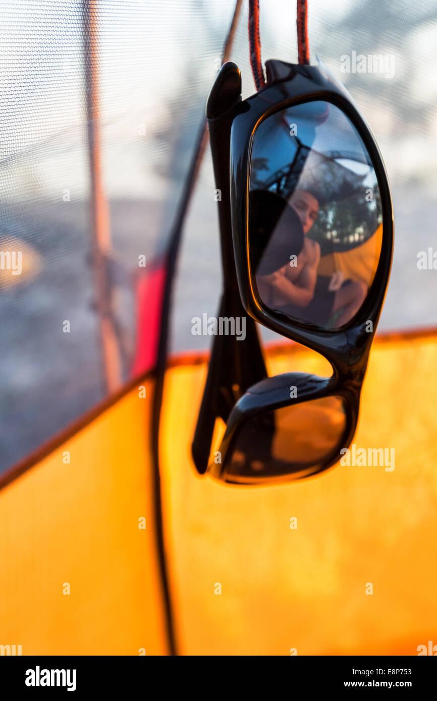 Una caravana de reflexión en gafas de sol, Pohjoinen Käärmeluoto isla, Helsinki, Finlandia, en Europa, la UE Foto de stock