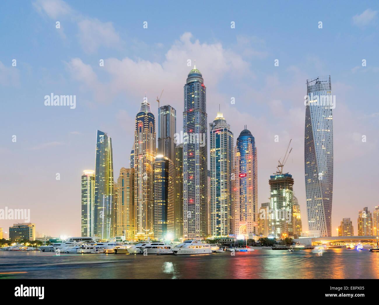 En el crepúsculo del horizonte de rascacielos en la zona del puerto deportivo de Dubai, Emiratos Árabes Imagen De Stock