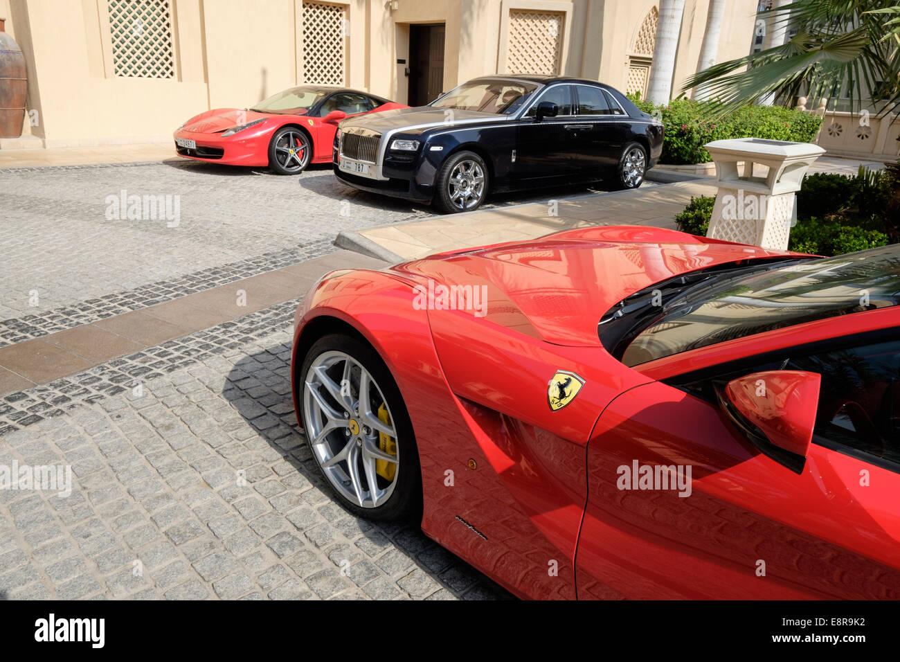 Los coches de lujo estacionados fuera de 5 estrellas en Dubai, Emiratos Árabes Unidos Imagen De Stock