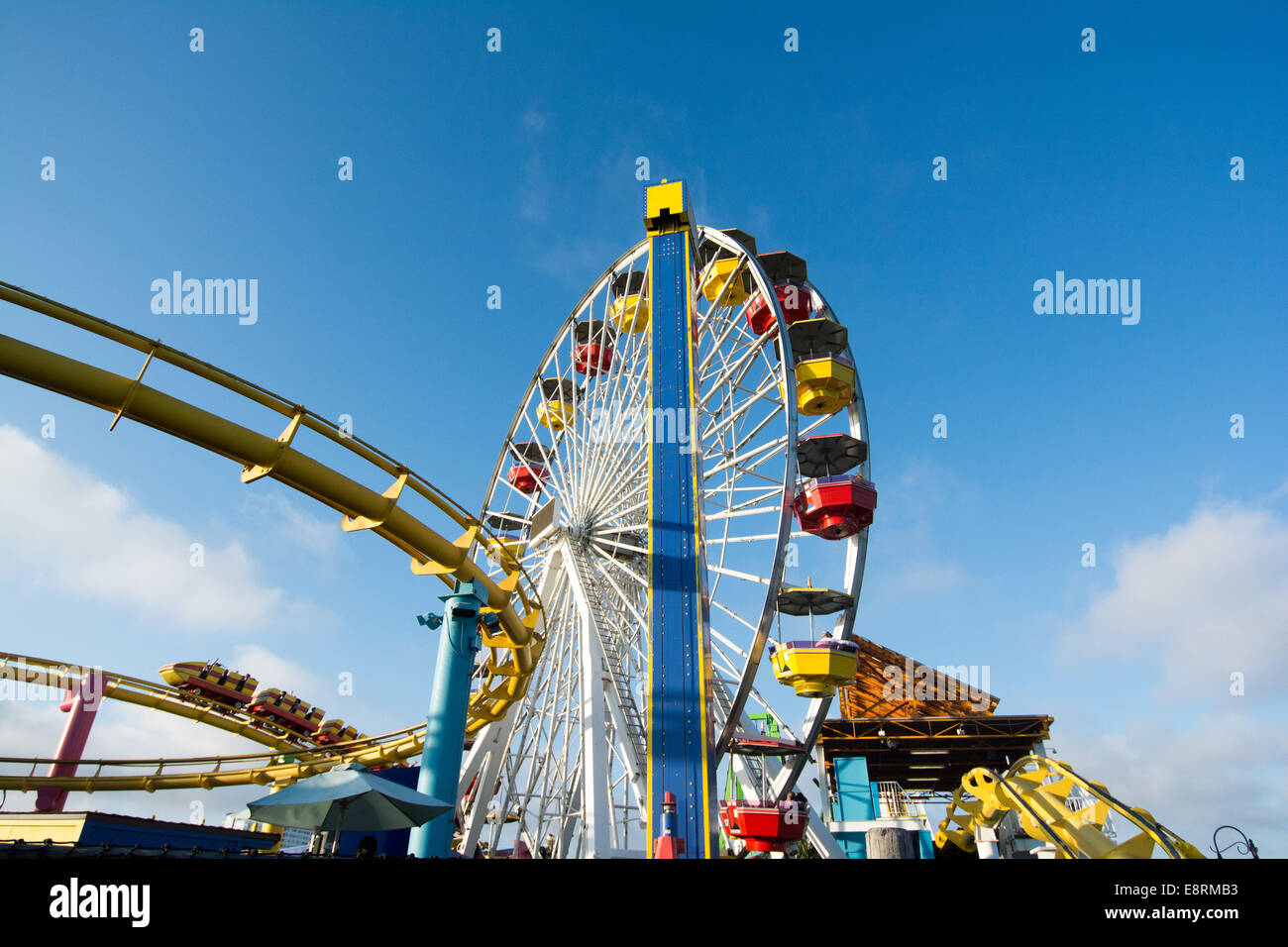 La montaña rusa y la noria en Pacific Park Amusement Park en Santa Monica Pier, Los Ángeles, California, Estados Foto de stock