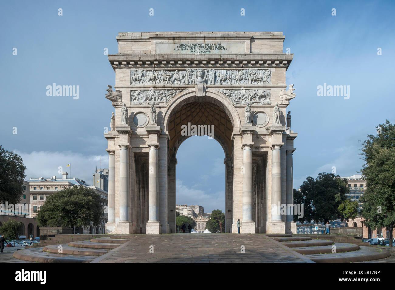 Arco Triunfal Arco della Vittoria, arquitectura del fascismo italiano de Mussolini, Piazza della Vittoria, Génova, Imagen De Stock