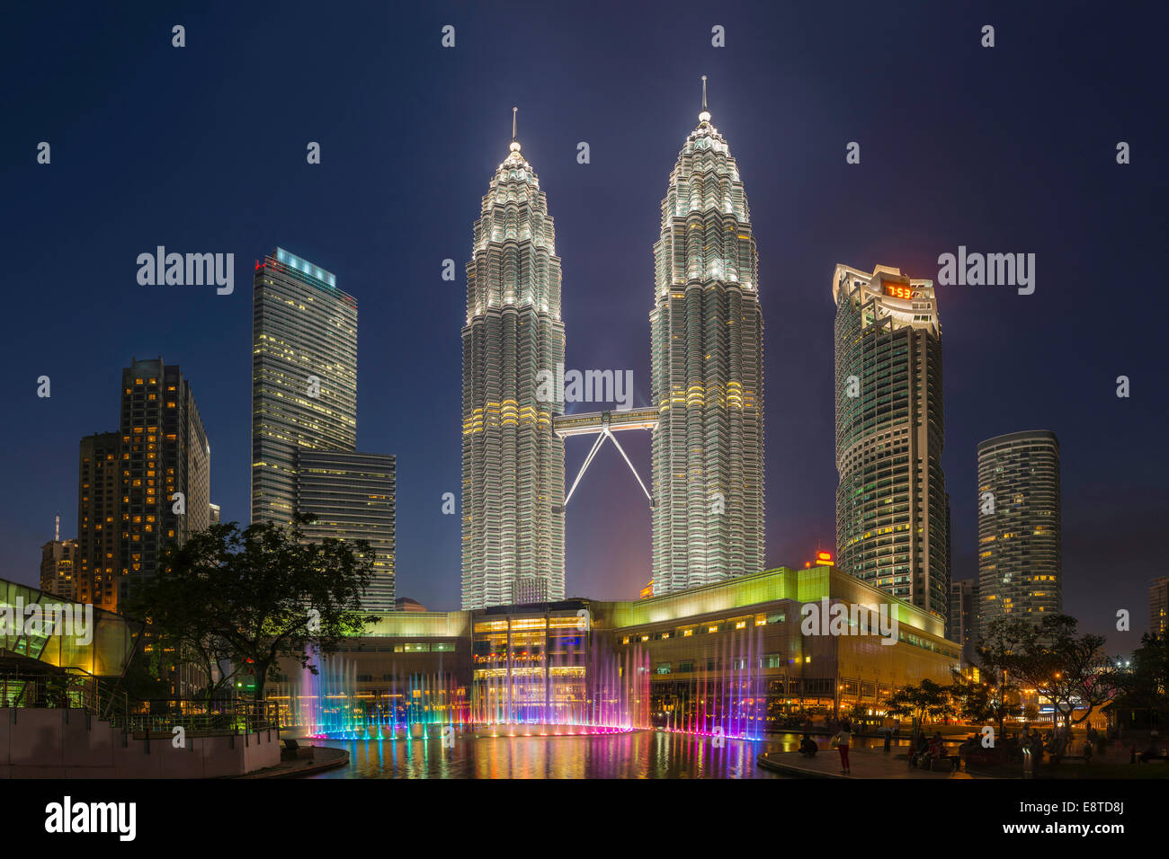 Rascacielos iluminados en el horizonte de la ciudad de Kuala Lumpur, Kuala Lumpur, Malasia Imagen De Stock