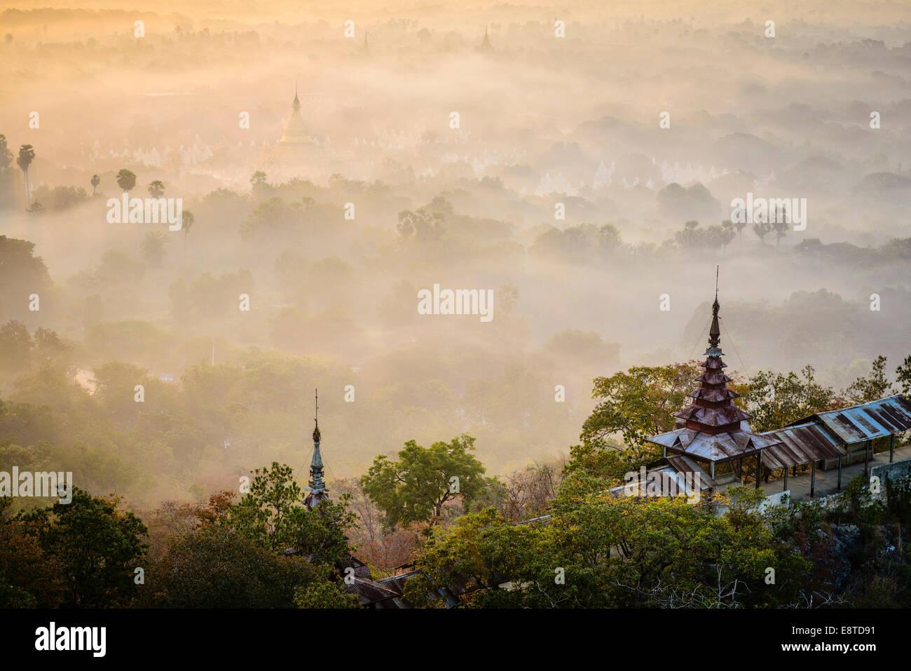 La niebla sobre las copas de los árboles, Mayanmar, Mandalay, Myanmar Imagen De Stock