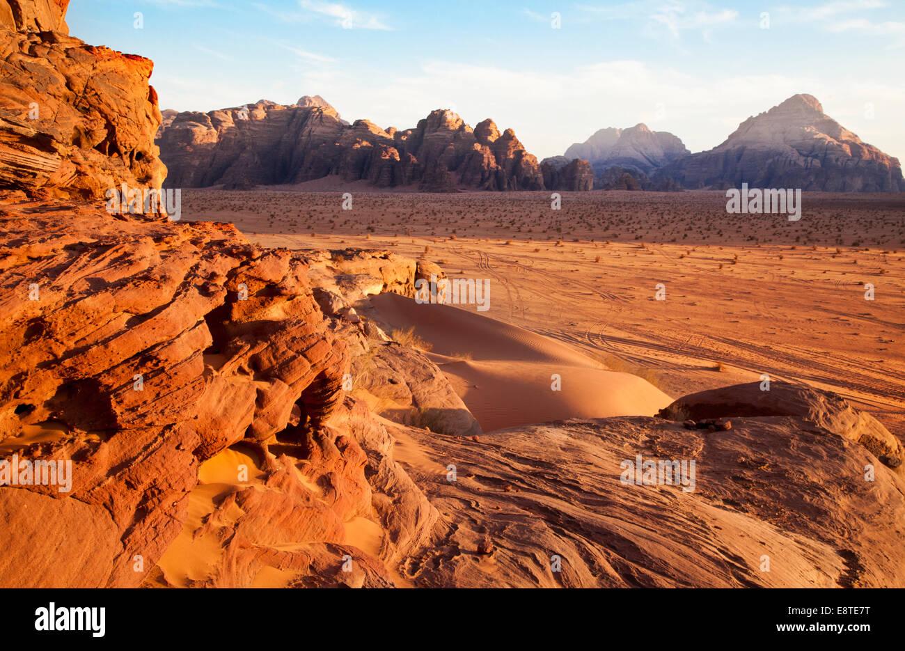 Wadi Rum o el Valle de la Luna en Jordania Foto de stock
