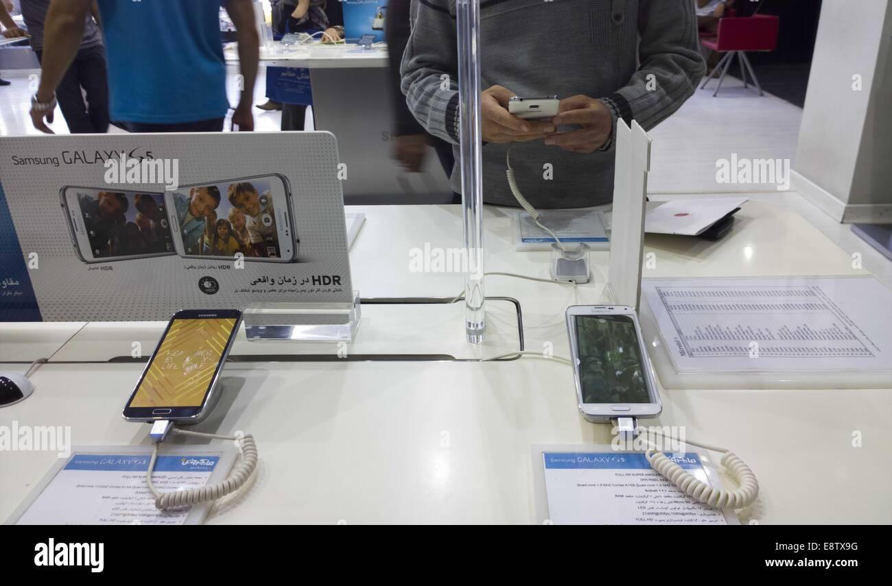 Teherán, Irán. 14 Oct, 2014. Octubre 14, 2014 - Teherán, Irán - Un cliente iraní intenta un smartphone Samsung Galaxy S5 de Samsung en una tienda en un ordenador multimedia y un centro comercial en el sur de Teherán. Morteza Nikoubazl/ZUMAPRESS © Morteza Nikoubazl/Zuma alambre/Alamy Live News Foto de stock