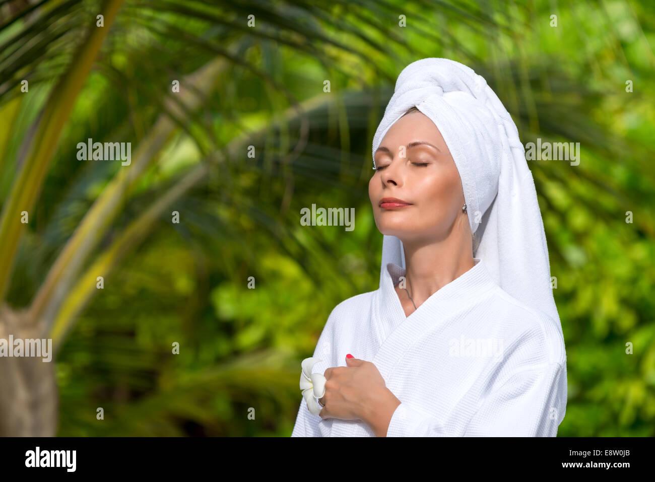 Salud, belleza y spa concept - hermosa mujer de toalla Imagen De Stock