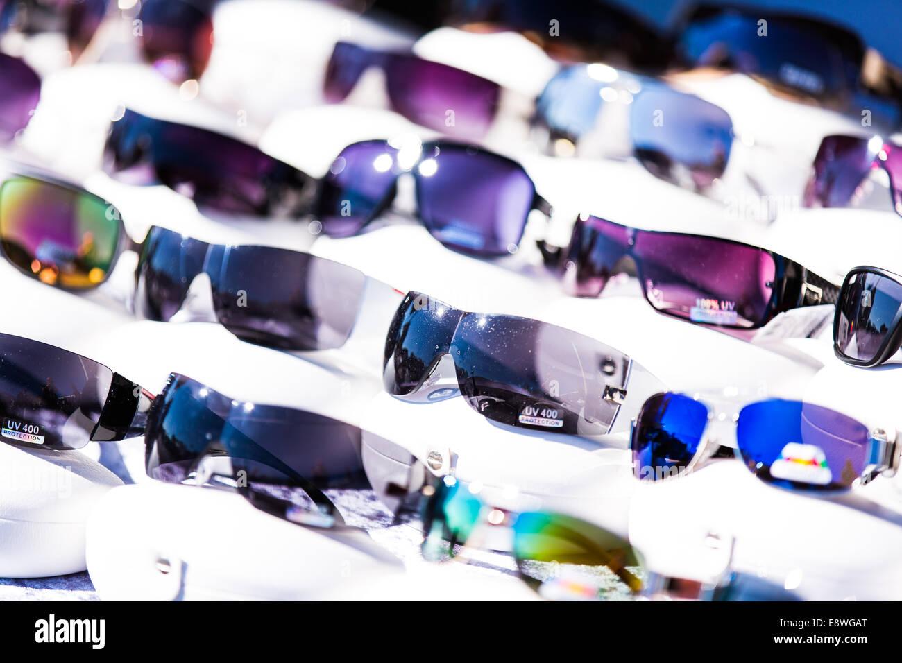 e2688b67b9 Montones de gafas baratas en venta en un puesto en el mercado Foto ...
