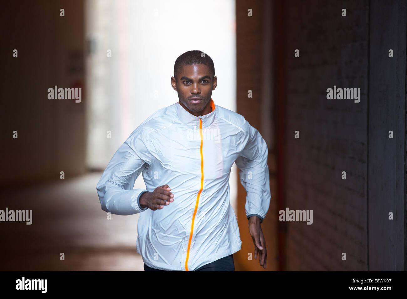 Hombre corriendo por las calles de la ciudad Imagen De Stock