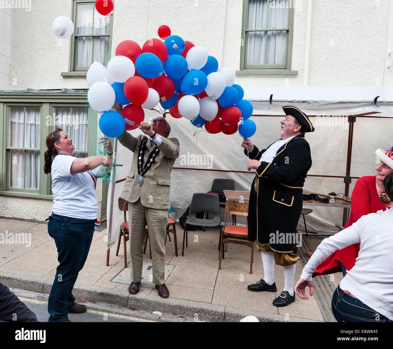 Presteigne, Powys, Gales, Reino Unido. El alcalde y el pregonero suelta de globos para celebrar la boda real de Imagen De Stock