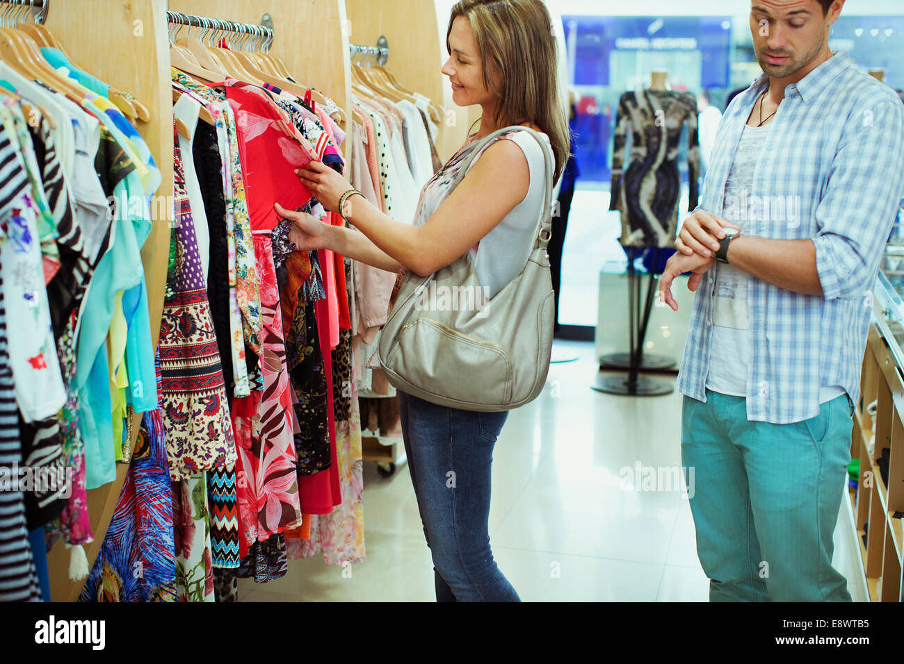 5b1f1bbe6705f Hombre aburrido ir de compras con mi novia en la tienda de ropa Foto ...