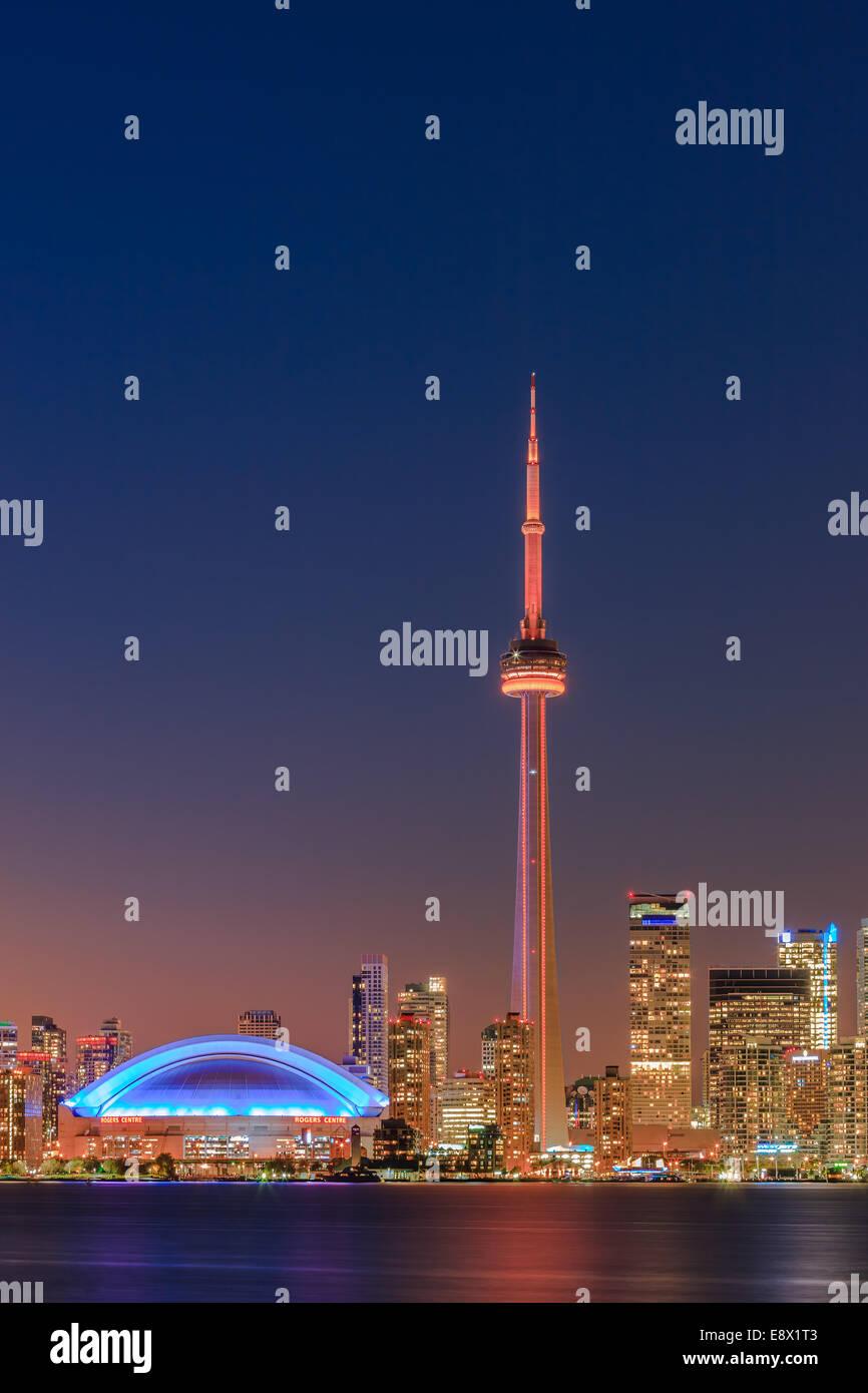 Famoso horizonte de Toronto con la Torre CN y el Centro Rogers después del atardecer tomada desde las Islas Imagen De Stock