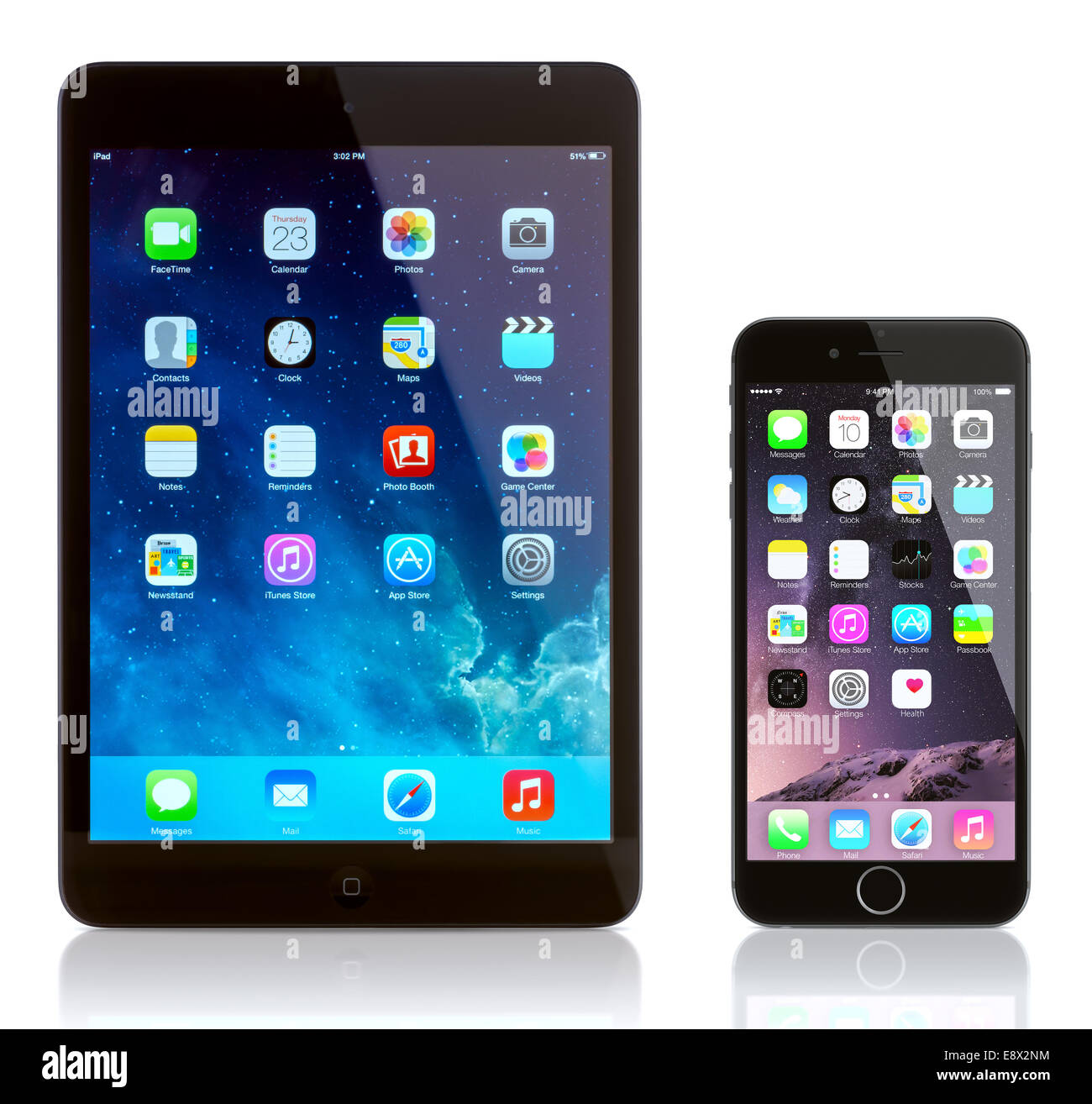 Mini iPad y iPhone 6 en blanco. Apple iOS 8 aplicaciones en la pantalla de inicio del iPhone. Imagen De Stock