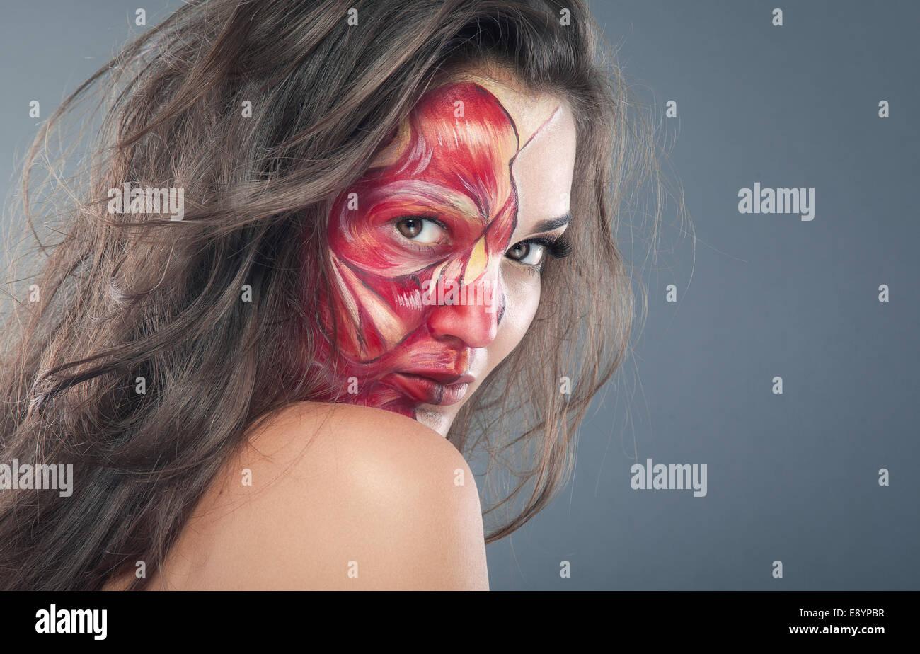 Chica zombie maquillaje de fiesta de Halloween, belleza de media cara, otro sangriento Imagen De Stock