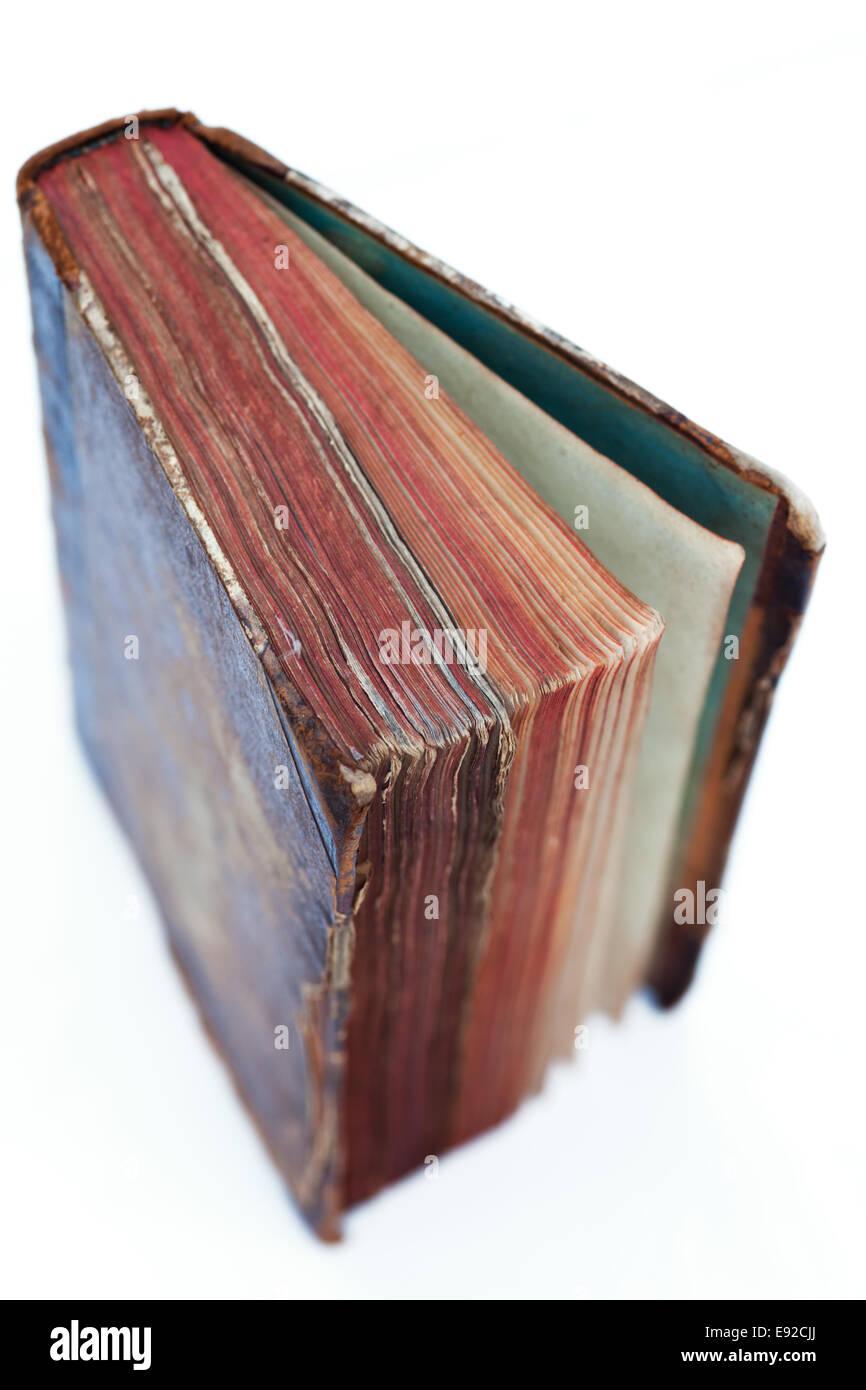 Un libro antiguo sobre fondo blanco. Foto de stock
