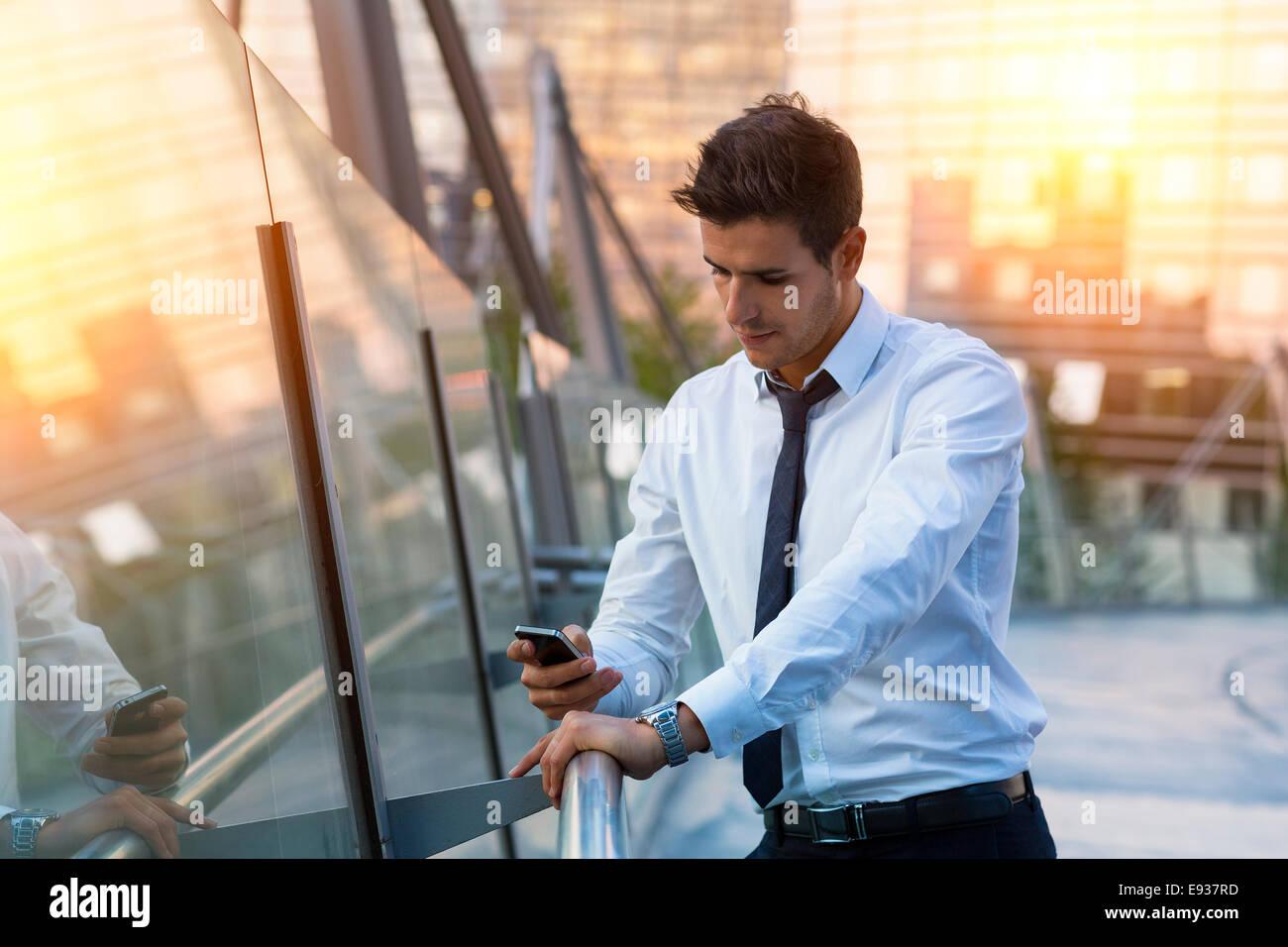 Retrato del empresario utilizando teléfonos inteligentes. Imagen De Stock