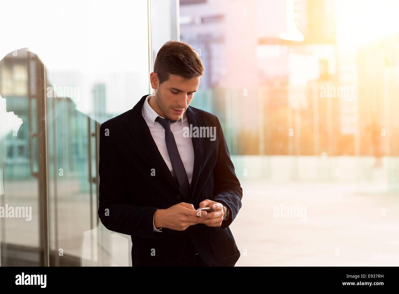 El empresario a través de teléfono móvil Imagen De Stock