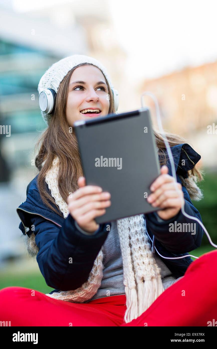 Retrato de una adolescente escuchando música Imagen De Stock