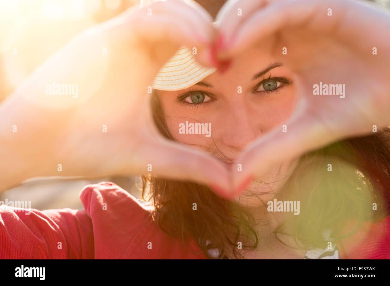 Mujer haciendo un corazón Imagen De Stock
