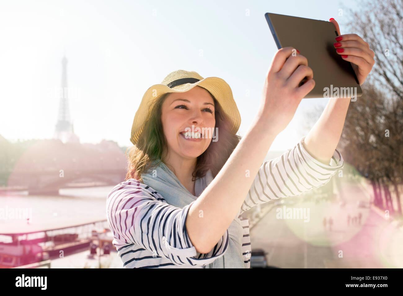 Mujer visitar París Foto de stock