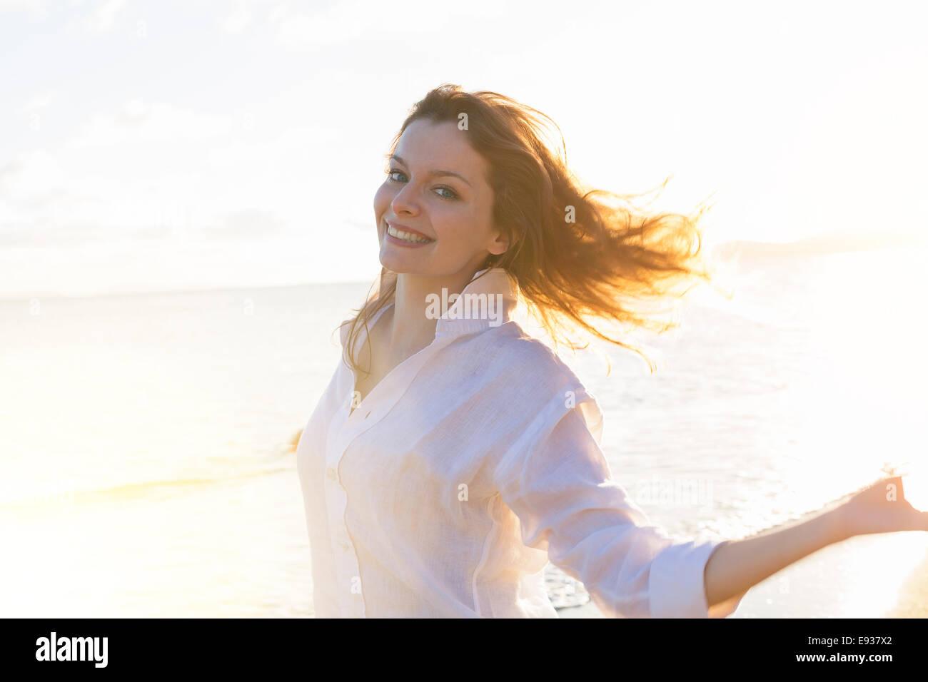 Retrato de mujer en la playa Imagen De Stock