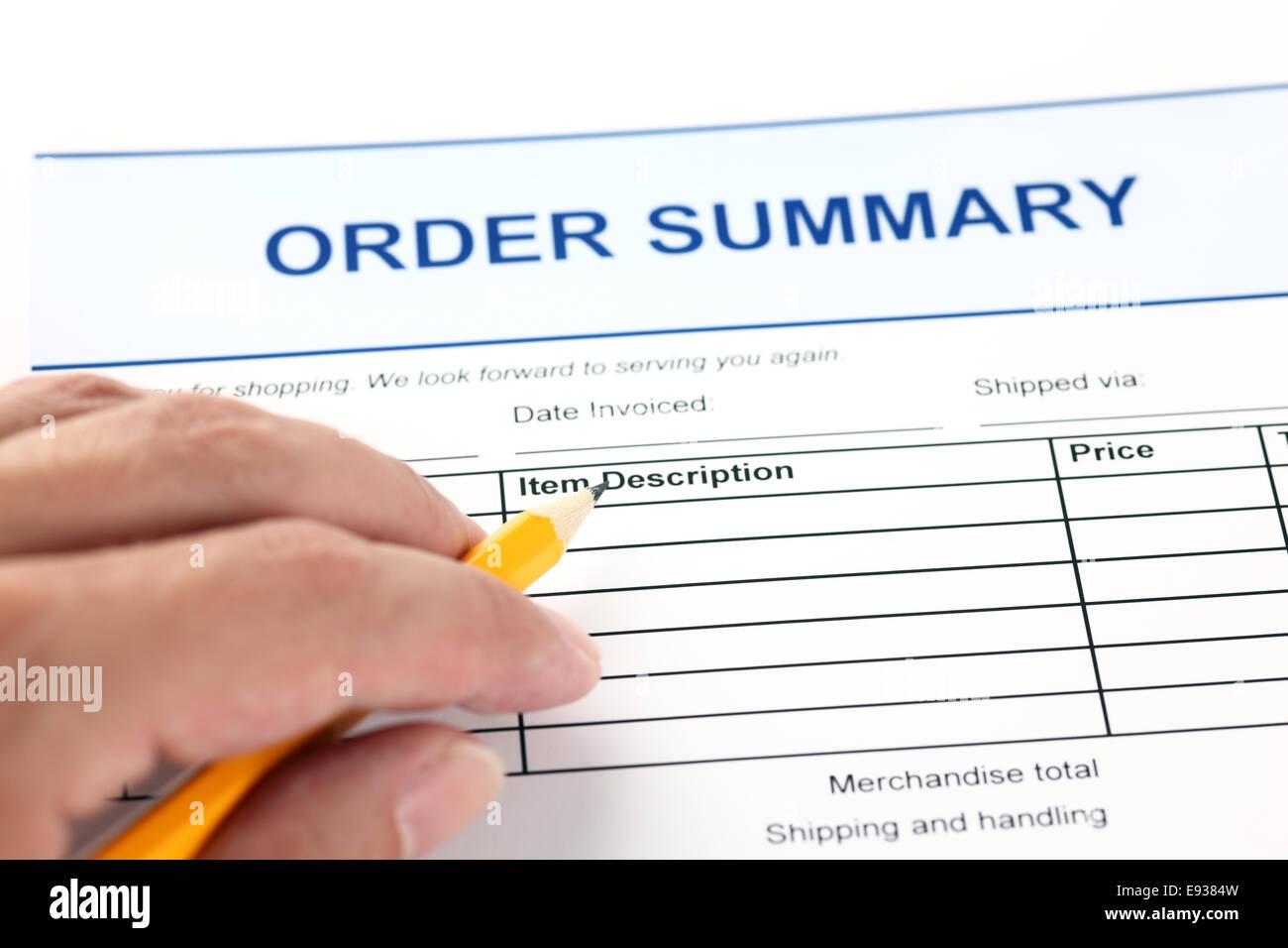 Formulario de solicitud de resumen del pedido y la mano humana con lápiz Imagen De Stock