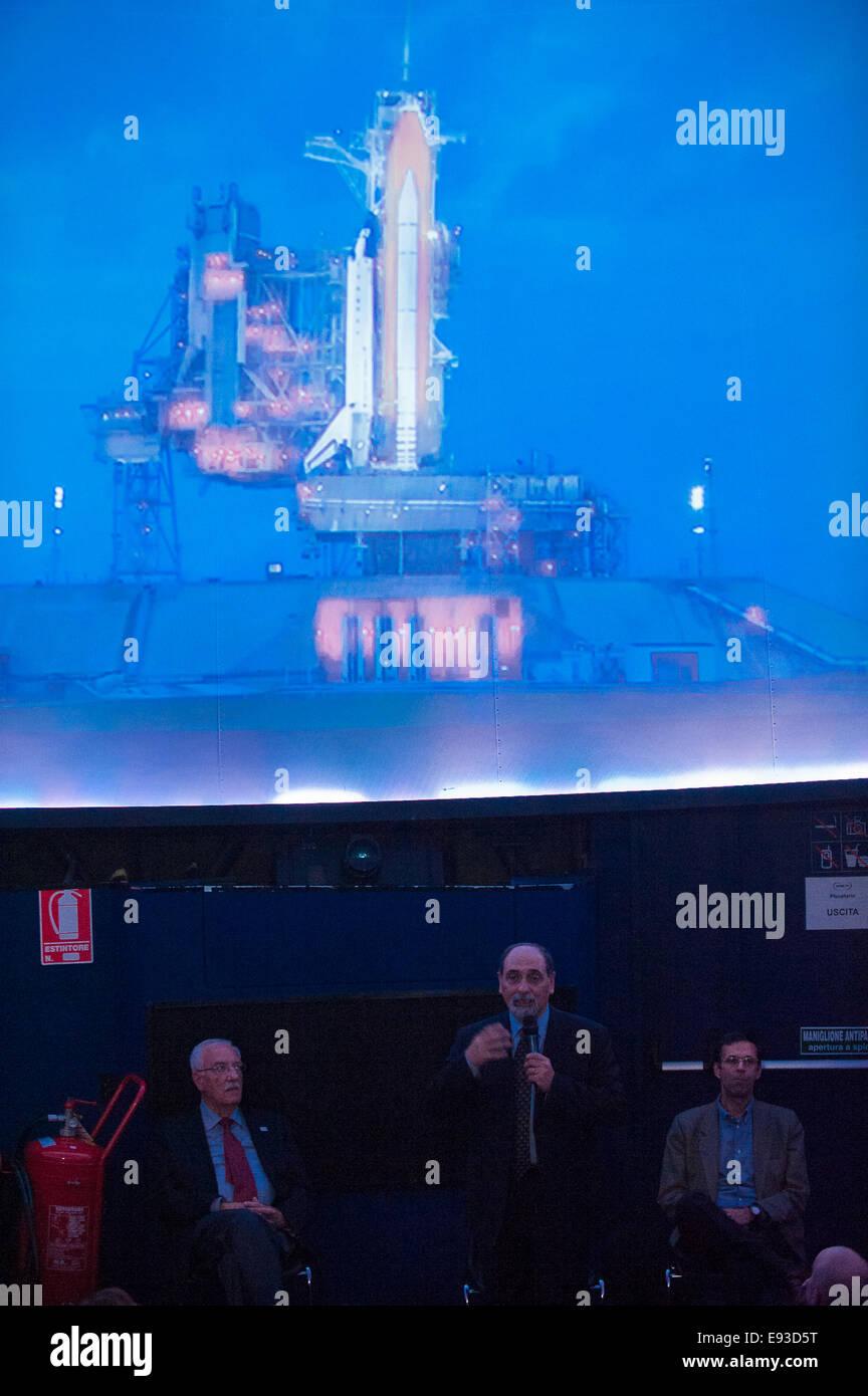 Italia Turín Piamonte Pino Torinese Inauguración de la nueva zona de museos del Museo de Turín planetario astronomía y espacio INFINI.Al 17 de octubre de 2014 - Planetario -astronauta italiano Umberto Guidoni invitado habla sobre sus experiencias como astronauta Foto de stock