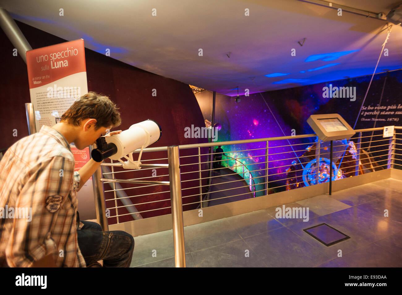Italia Turín Piamonte Pino Torinese Inauguración de la nueva zona de museos del Museo de Turín planetario astronomía y espacio INFINI.Al 17 de octubre de 2014 - Telescopio Foto de stock