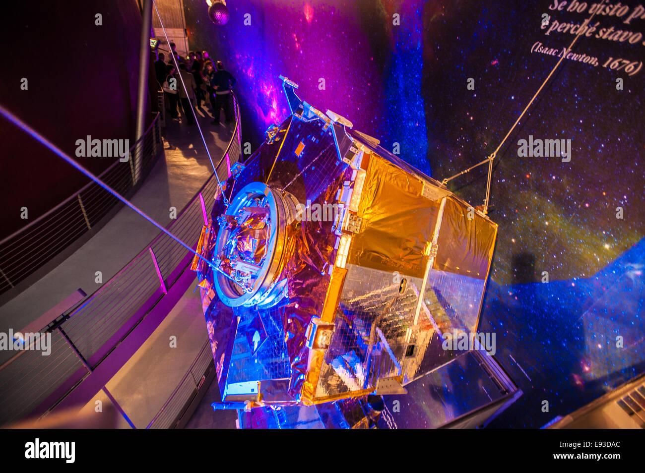 Italia Turín Piamonte Pino Torinese Inauguración de la nueva zona de museos del Museo de Turín planetario astronomía y espacio INFINI.Al 17 de octubre de 2014 Reproducción del satélite Beppo SAX Foto de stock